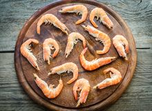 Raw shrimps on the wooden board Royalty Free Stock Photography
