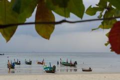 RAWAI plaża, PHUKET wyspa TAJLANDIA, LUTY, - 28, 2016: długa ogoniasta łódź przy egzot zatoką Obrazy Royalty Free