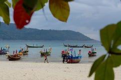 RAWAI-STRAND, PHUKET-INSEL, THAILAND - 28. FEBRUAR 2016: langschwänziges Boot an der exotischen Bucht stockfotografie