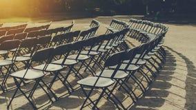 Raws av hopfällbara stolar parkerar in arkivfoton