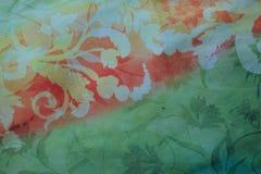 Rayón anaranjado y verde con la impresión floral Imagen de archivo