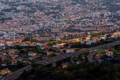 Ray av ljus ?ver Funchal, madeirahuvudstad royaltyfri foto