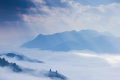 Ray av ljus, molnet och berget Arkivbilder