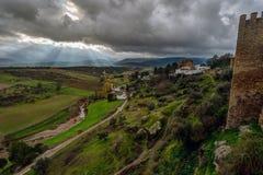 Ray av ljus på moln för en storm på Centro Historico, Ronda, Spanien Arkivfoto
