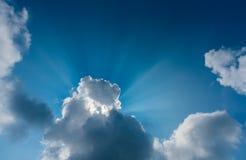 Ray& crépusculaire x28 ; beam& x29 ; sur le ciel le temps de jour photo stock