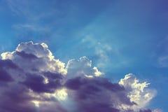 Ray& crépusculaire x28 de Sun ; beam& x29 ; sur le ciel photographie stock libre de droits
