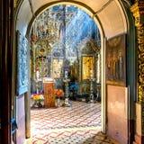 Ray de la luz del sol se cae en el iconostasio en iglesia del othodox Imagenes de archivo