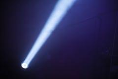 Ray de lumière scénique de tache de LED au-dessus de l'obscurité photos libres de droits