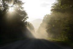 Ray de lumière sur la route mystique Photographie stock