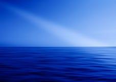 Ray des Lichtes in der Ozeanabstraktion Stockfotos