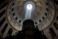 Ray des Lichtes fallend in die Kirche Lizenzfreies Stockfoto
