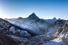 Ray des Lichtes strahlend durch Berge in der Front Lizenzfreies Stockfoto