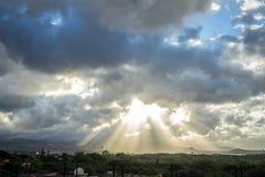 Ray di luce attraverso le nuvole, Hawai Immagine Stock