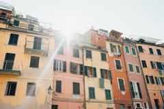 Ray do sol acima das casas coloridas de Cinque Terre National Park em Riomaggiore, Liguria, Itália fotos de stock royalty free