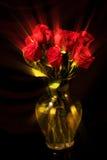 Ray Roses σε ένα κίτρινο βάζο Στοκ Φωτογραφία