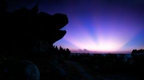 Ray-Sonnenaufgangseite des Kopffelsens des Hundes lizenzfreie stockfotos