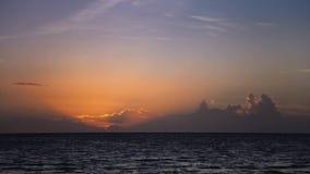 Ray van lichten bij zonsondergang over het overzees stock video