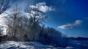 Ray van zonneschijn door een de winterlandschap royalty-vrije stock foto