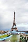 Raya azul de luces contra torre Eiffel Imagenes de archivo