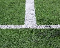 Raya blanca en campo de fútbol verde de la visión superior Foto de archivo