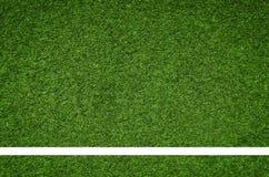 Raya blanca en el campo de fútbol verde de la visión superior Foto de archivo
