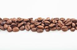 Raya de los granos de café en el fondo blanco imagen de archivo libre de regalías