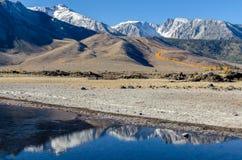 Raya del color de la caída en las montañas Imagen de archivo