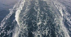 Raya indignada de la estela lisa del agua que permanece detrás de la popa de una nave que va Mar Báltico en tiempo nublado metrajes