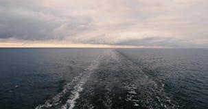 Raya indignada de la estela lisa del agua que permanece detrás de la popa de una nave que va Mar Báltico en tiempo nublado almacen de video