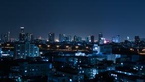 Raya pálida del tráfico en ciudad céntrica en la noche, lapso de tiempo almacen de video