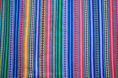 Raya viva del tono del multicolor de la tela peruana para el fondo imágenes de archivo libres de regalías