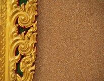 Rayado tailandés del oro con la pared de la grava imagen de archivo