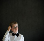 Rayant le garçon de pensée de tête s'est habillé comme homme d'affaires Images libres de droits