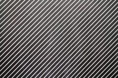 Rayas blancas diagonales en fondo negro Fotos de archivo