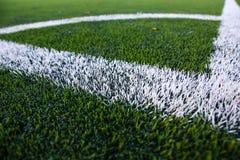 Rayas blancas en campo de fútbol Retroceso de la esquina fotografía de archivo libre de regalías