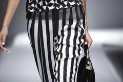 Rayas blancos y negros de la pieza de la prolongación del andén del cuerpo del modelo de la pista del desfile de moda Imagen de archivo libre de regalías