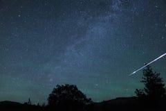 Rayas de la bola de fuego del meteorito a través del cielo Foto de archivo