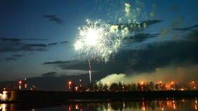 Rayas del fuego artificial en el cielo nocturno metrajes