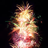 Rayas del fuego artificial en el cielo nocturno, celebración Imágenes de archivo libres de regalías