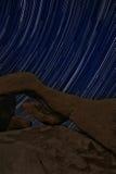 Rayas del rastro de la estrella de la noche sobre los rock de Joshua Tree Park Fotografía de archivo