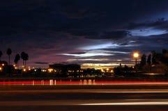 Rayas del tráfico en la puesta del sol imagen de archivo