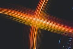 Rayas ligeras anaranjadas del extracto en un fondo negro, la línea de energía ilustración del vector