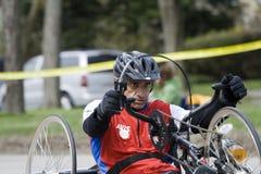Raymond Brown conduce su handcycle Fotografía de archivo