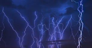 Rayo de la tempestad de truenos en el fondo oscuro de cielo nublado en la noche fotos de archivo