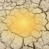 Rayo de sol anaranjado en la tierra seca de la arcilla agrietada Foto de archivo