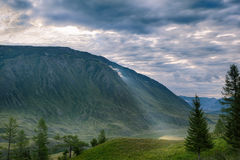 Rayo de sol de la mañana en las montañas verdes Foto de archivo libre de regalías
