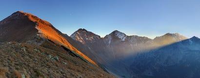Rayo de sol en la montaña Hight del oeste Tatra fotografía de archivo
