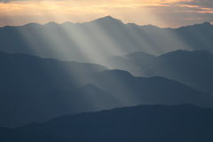 Rayo de sol sobre la montaña Foto de archivo libre de regalías