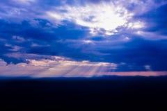 Rayo de sol a través de las nubes en el cielo azul Imágenes de archivo libres de regalías