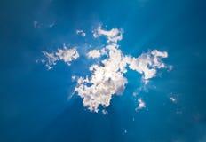 Rayo de Sun repartido de detrás una nube Fotografía de archivo